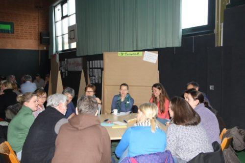 Eifrig diskutierten die Teilnehmerinnen und Teilnehmer im World Café über Ziele und Interessen im Ort – bezogen auf die einzelnen Handlungsfelder. © Foto: Lehrke